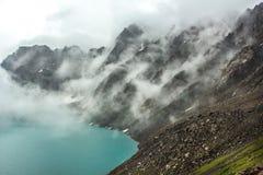 云彩盖的岩石 免版税库存照片