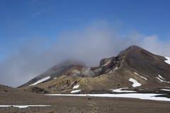 云彩盖的红色火山口 免版税库存照片