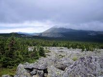 云彩盘旋在山的-美好的山风景 免版税库存照片