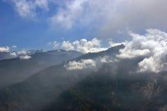 云彩盘旋的山景 免版税库存照片