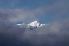 云彩看到-山的顶层 库存照片