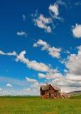 云彩种田被忘记的房子时间 库存照片