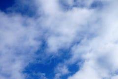 云彩纹理与很多白色颜色的 免版税库存照片