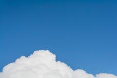 云彩纹理在蓝天的 库存照片