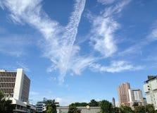 云彩线和蓝天 免版税库存图片