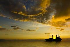 云彩船剪影风雨如磐的日落 免版税库存图片