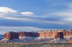 云彩装载了在雪谷的双突透镜的纪念碑 免版税图库摄影