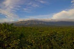 云彩覆盖的火山。 免版税库存图片
