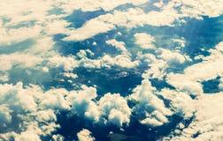 云彩通过平面窗口 免版税库存图片