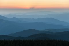云彩遥远的山脉和薄层在谷的 库存照片