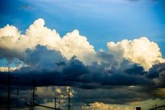 云彩阴暗天空背景,黑多云 免版税库存图片