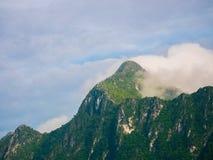 云彩风景在山的在蓝天的森林里 库存图片