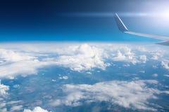 云彩飞机天空和翼看法  图库摄影