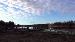 云彩飞行在湖和老木码头 股票录像