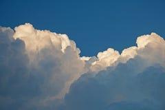 云彩滚滚向前的层数  免版税库存图片