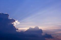 云彩 太阳光芒亮光从云彩的后面 库存照片