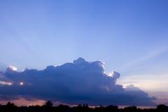 云彩 太阳光芒亮光从云彩的后面 免版税库存图片