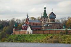 云彩10月天的圣尼古拉斯修道院历史的教会  Staraya拉多加,俄罗斯 库存照片