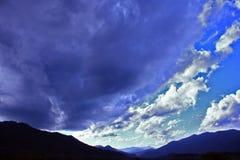 云彩cloudscape蓝色山林木绿色多云背景 库存图片