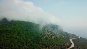 云彩Dorne观点飞行在山和高速公路路下在山之间 股票录像