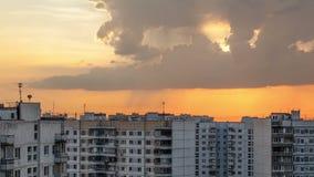 云彩Timelapse在城市的在日落期间 库存照片