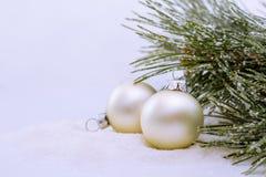 云杉分支球圣诞节背景 库存照片