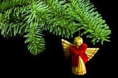 云杉小树枝与手工制造天使的 免版税库存照片