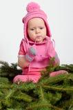 云杉的针的女婴 免版税库存图片