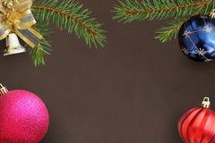 云杉,蓝色,桃红色和红色波浪气球,在黑暗的装饰响铃圣诞节分支  图库摄影