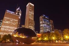 云门雕塑或位于芝加哥的豆,伊利诺伊在晚上 库存图片
