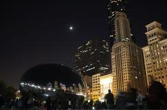 云门雕塑,豆,在晚上,千禧公园,芝加哥反射地平线大厦 免版税库存照片