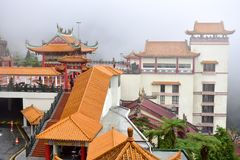 云顶高原,马来西亚- 2017年11月2日:在奇恩角swee的薄雾使寺庙陷下 图库摄影