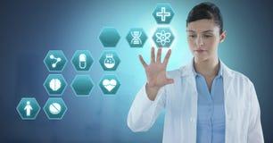 互动与医疗六角形接口的女性医生 免版税库存图片
