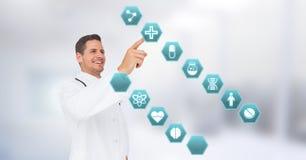 互动与医疗六角形接口的男性医生 免版税库存照片