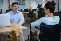 互动与残疾同事的商人 库存图片