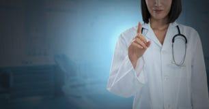 互动与空气接触的女性医生 免版税图库摄影