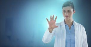 互动与空气接触的女性医生 库存照片