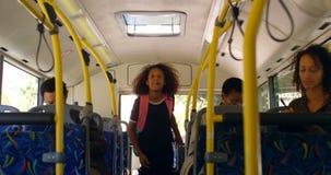 互动与通勤者的司机在公共汽车4k上 股票录像