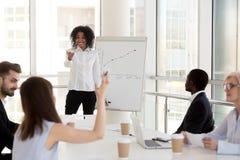 互动与雇员的微笑的黑人女性辅导者在PR期间 库存照片