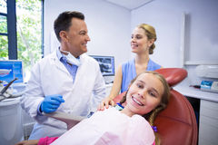 互动与年轻患者母亲的牙医 免版税库存照片