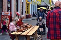 互动与更旧的wheelchairwoman的资深音乐家 库存图片