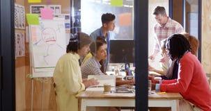 互动与eachother的商业主管在会议期间