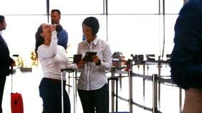 互动互相的两个女性通勤者 股票视频