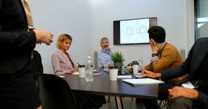 互动互相的企业同事在会议室4k 股票录像