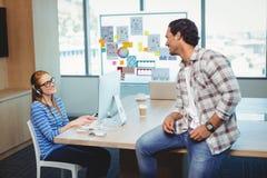 互动互相的图表设计师在会议室 免版税库存图片