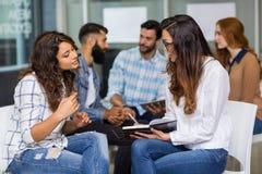 互动互相的女性董事在会议期间 库存图片