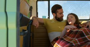 互动互相的年轻夫妇在van 4k 股票录像