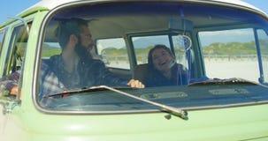 互动互相的愉快的年轻夫妇在van 4k 股票视频