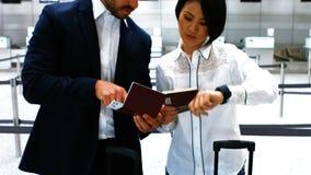互动互相的男性和女性通勤者 股票录像