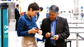 互动互相的男性和女性通勤者 股票视频